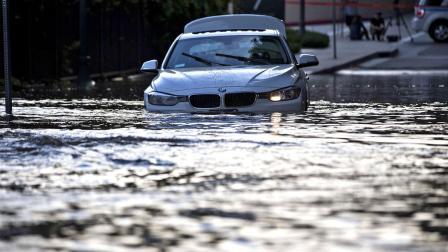 la-me-ln-ucla-water-main-break-700-cars-trapped-20140730